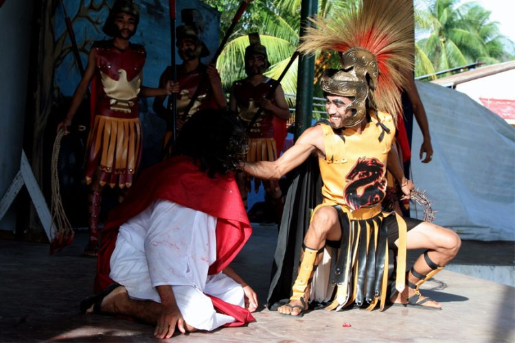 MOCKED. The King of kings, according to the Catholic faith, is mocked in this scene during the Kalbaryo play by a centurion of the Roman Army after he was captured | Photo by Julius D. Mariveles